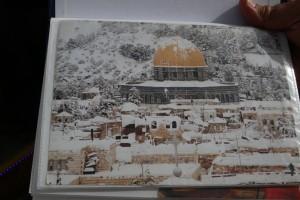 L'une des pages du cahier de Jamel, une carte postale du Dôme du rocher sous la neige