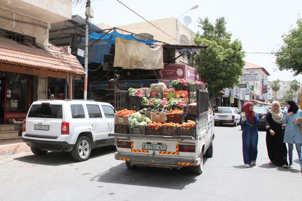 L'approvisionnement local en légumes par les agriculteurs mais pour sortir de la ville c'est presque impossible.