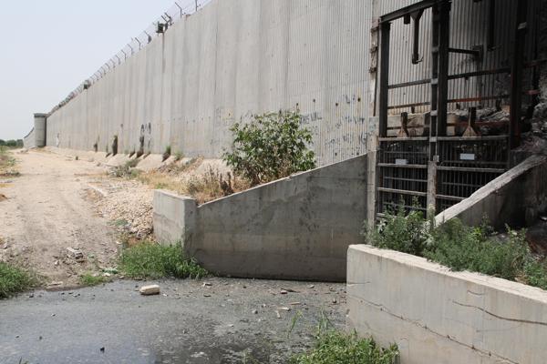 Ici cet égout devait traverser le mur pour s'écouler à l'extérieur mais régulièrement les militaires ferment les trappes et la ville est inondée.
