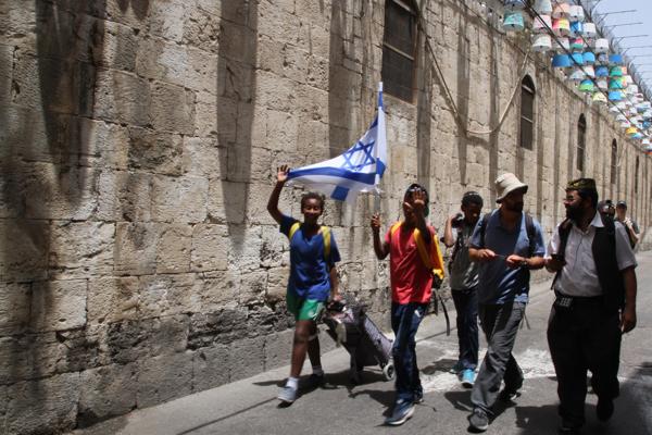 Les jeunes n'hésitent pas à glorifier le drapeau hébreu dans la rue et en groupe.