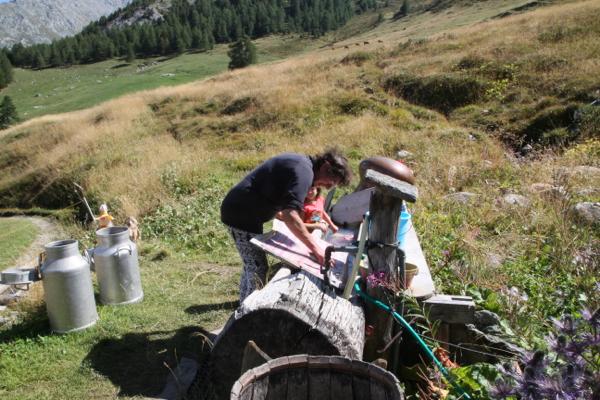 Claire profite de l'eau des sources nombreuses dans l'alpage pour sa lessive.