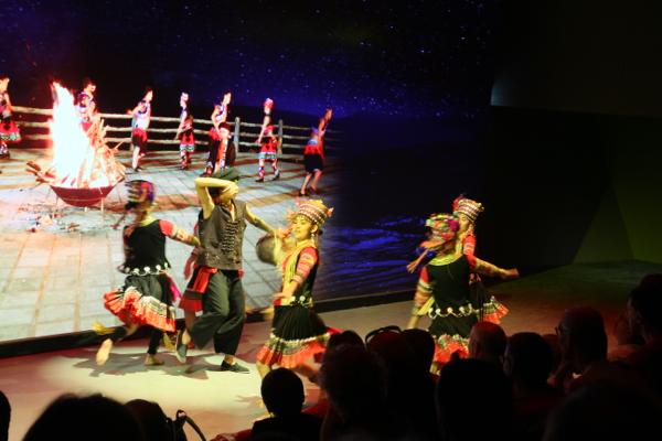 La fin du film est complété par un ballet traditionnel sur fond de terroir chinois.