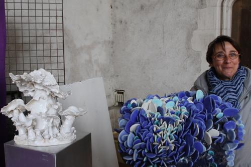 Florance Corbi devant ses champignons de porcelaine