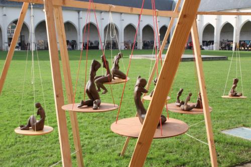 Sur la pelouse du Campo Santo, les sculptures de Lucien Lafont se balancent