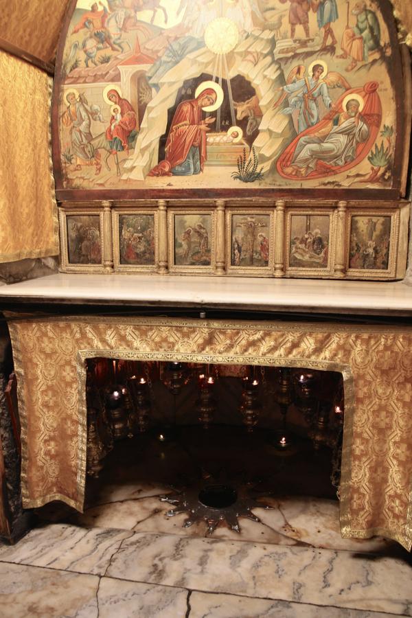 Aux pélerins les guides montrent l'emplacement de la mangeoire où serait né Jésus.