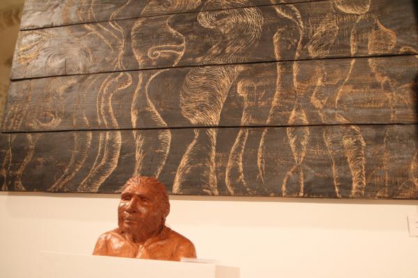 Raou le Neandertalien de Olivier Renard devant Peuple des ombres de Caroline  Hume