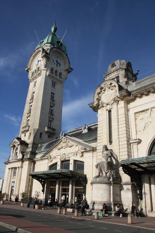 La gare construite en 1929, dont le campanile s'élève à 61 m