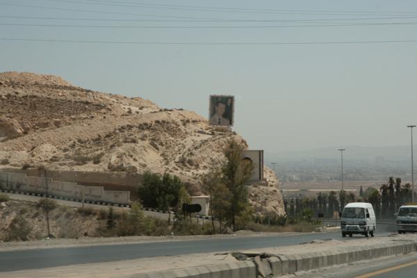 A l'arrivée à Damas nous sommes dans l'ambiance car des portraits du président dominent l'autoroute.