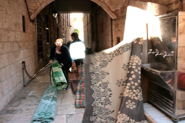 On range les tapis qui ont servi pour héberger les pèlerins durant la nuit.