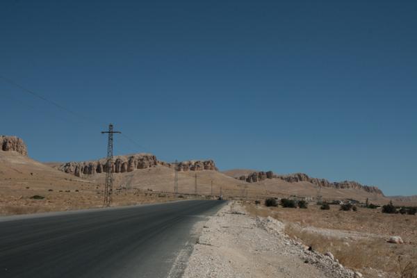 Les premiers ermites se fixèrent là à l'abri des grandes routes commerciales Damas-Alep