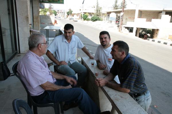 Arrêt dans à Naz un village sur la route de Homs, dans la vallée des chrétiens. Ces hommes nous expliquent que les habitants de ces villages émigrent régulièrement en France et très souvent ils sont médecins.
