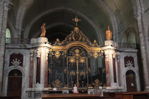 Le chœur clos e 1771 par des grilles en fer forgé et doré.