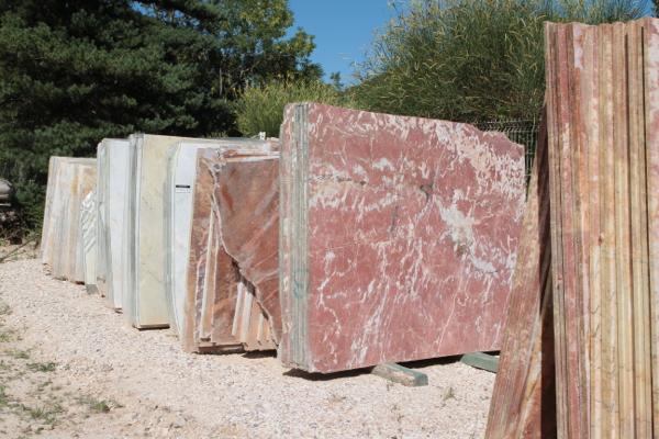Une exploitation spécialisée extrait les blocs de marbres de la montagne. Ces blocs sont transportés sur le lieu de coupe. Et des plaques reviennent à Saint Pons.