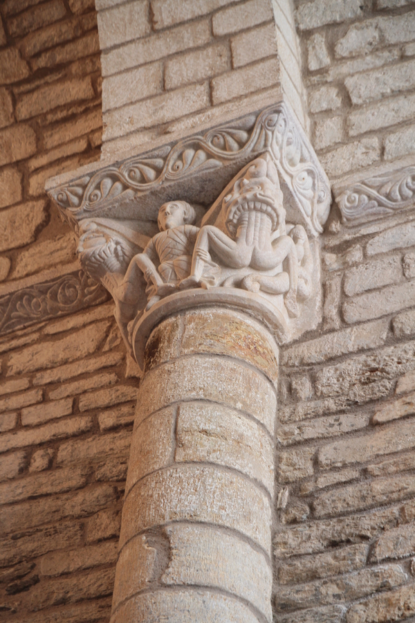 Un chapiteau préservé du temps à l'intérieur de la sacristie