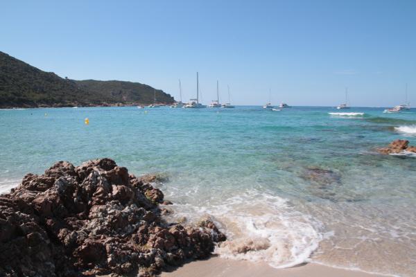 En permanence la Méditerranée s'enfonce entre les rochers pour le bien des bateaux qui se prélassent là en attendant leur occupant parti déjeuné à la paillotte