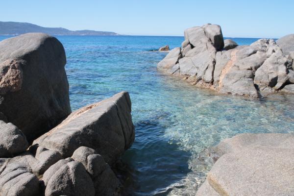 Les rochers savent se jouer de cette mer