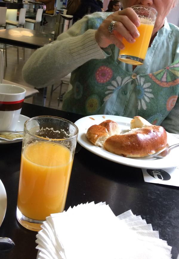 Le verre de Vrai jus d'orange dans l'ambiance des gens allant au travail