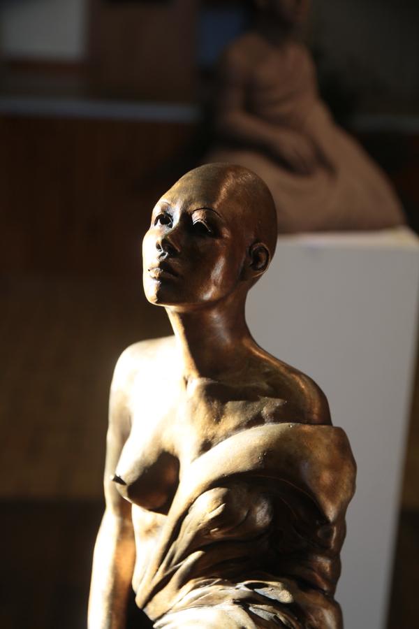"""Détail """"EvoLove"""" bronze de Lise Del Medico, sculptrice travaillant dans la Sarthe. A St Brisson elle a présenté des bronze ou terre cuite représentant la méditation, la sérénité."""