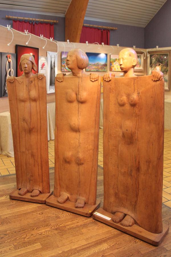 """""""Les parques"""" triptyque en chêne de Michel Pigeon. Sculpteur officiel de l'Armée. Ces sculptures sont réalisées dans de massives planches de chêne venant de Versailles après la tempête."""