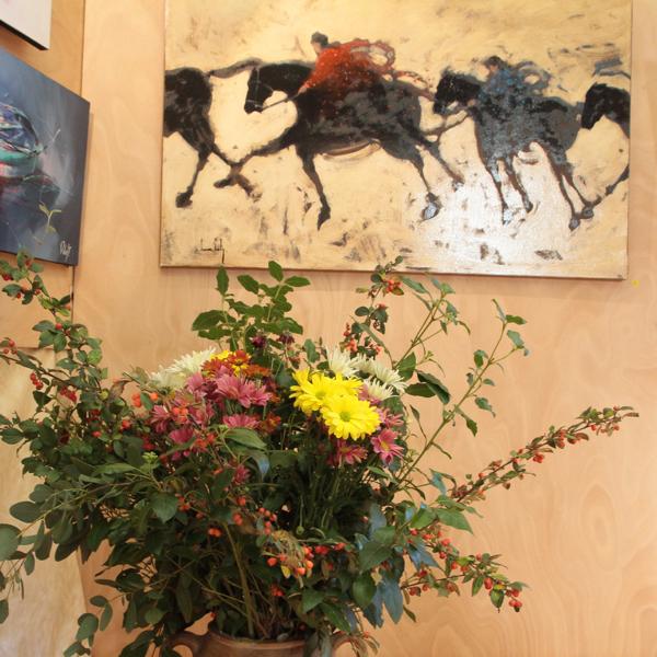 """Au fond """"La cavalerie"""" acrylique et huile sur toile de Olivier Suire Verley. Ce rochelais trouve son inspiration dans ses nombreux voyages au Maroc, en Chine, au Japon, à Rome, etc..."""