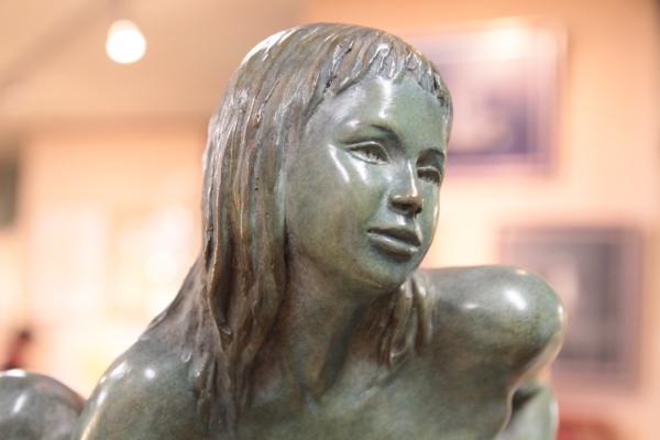 """Détail de """"La petite sauvageonne"""" bronze de Nacera. Elle aime à transmettre sa passion. Plusieurs centaines de passionnés sont passés par ses cours dans la région parisienne."""