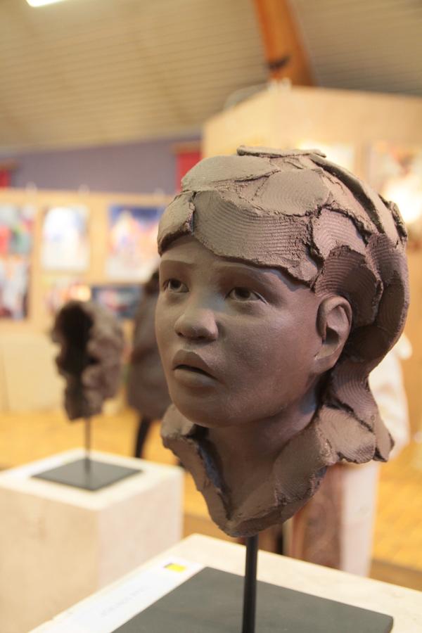 """""""Enfant soldat"""", grès chamotté de Clhoé Sontrop. Cette jeune artiste née à Auxerre en 1989 est la benjamine des exposants."""