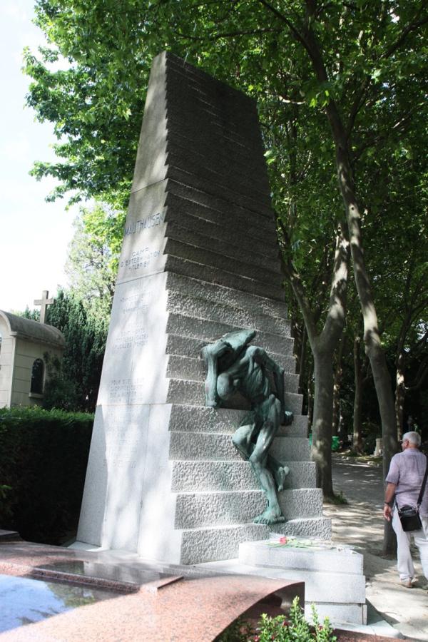 Mauthausen. C'est au sculpteur Gérard Choain et au fondeur Hobwiller que l'on doit l'homme de bronze qui est la représentation d'un déporté nu et décharné, devant porter une pierre toujours trop lourde pour des corps complètement épuisés, au sommet de l'escalier taillé dans du granit extrait de la carrière du camp.