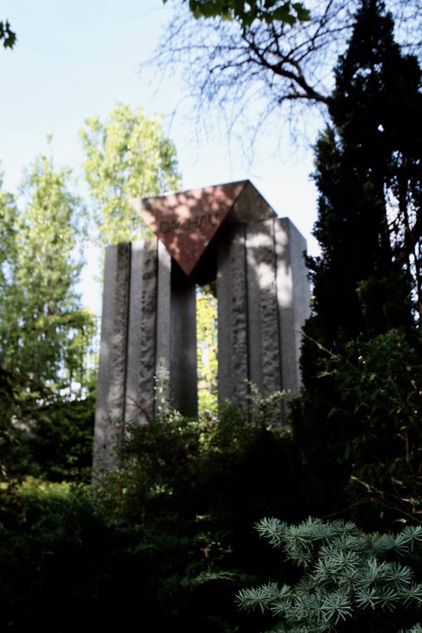 Dachau . Œuvre des architectes Louis Doco et François Spy, ce monument est une évocation de la tenue des déportés, triangle en granit rouge de Finlande soutenu par deux colonnes en granit bleuté de Vire.