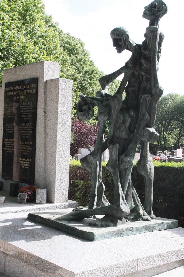 La sculpture en bronze est de Louis Bancel ancien résistant du Vercors. Le monument est installé sur une dalle de granit œuvre de l'architecte est M. Romer, lui-même déporté à Buchenwald.