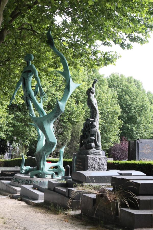 Œuvre de Jean-Baptiste Leducq, la sculpture en cuivre martelé frappe les visiteurs par son ampleur et sa force. A la base du monument, la couronne hérissée représente la clôture barbelée du camp.